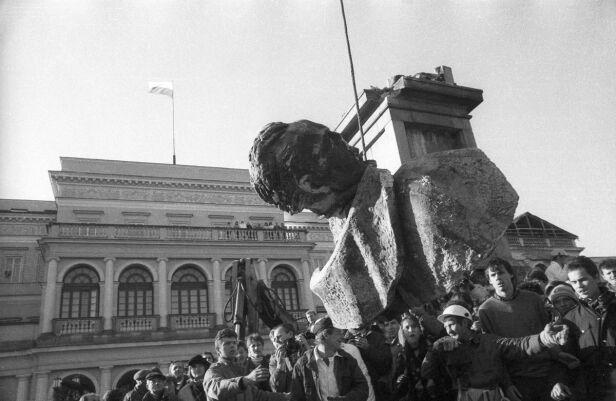 Demontaż pomnika F. Dzierżyńskiego na pl. Bankowym w Warszawie, 17.11.1989. ELŻBIETA ORZANOWSKA/ EAST NEWS