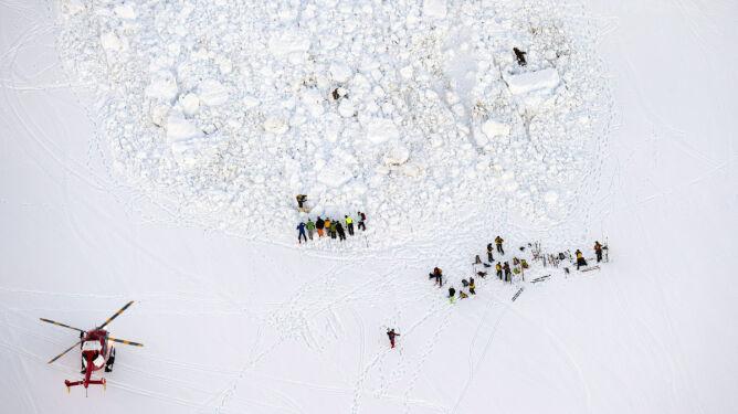 150 ratowników, 2 helikoptery. Szukają narciarzy, których nie ma?