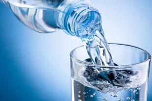 W upały pamiętaj o piciu. Ile to dzienne minimum?