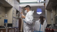 Portugalski personel pokładowy dbał o higienę i bezpieczeństwo pasażerów w trakcie lotu (PAP/Arek Rataj)
